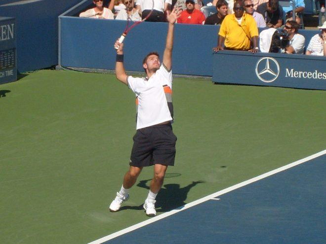 service au tennis physique